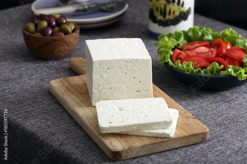 Fotografía Queso blanco en la mesa gris