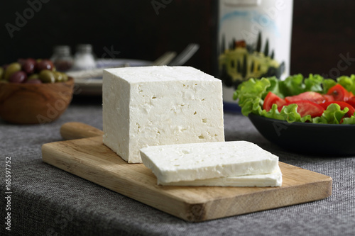 Plakat biały ser na szarym stole
