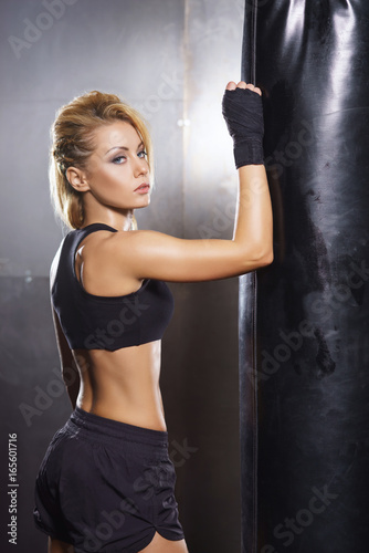 Fotomural  Fit and sporty young girl having a kickboxing training