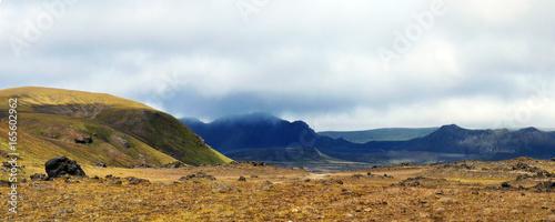 Tuinposter Canarische Eilanden typische endlos weite und karge Landschaft in Island