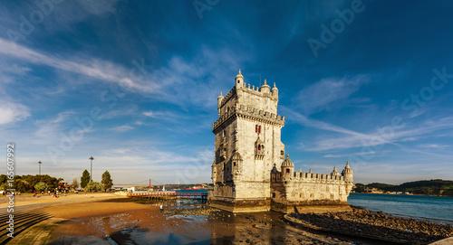Plakat Piękny antyczny Belem wierza panoramiczny widok przy zmierzchem, Lisbon