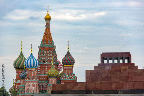 In de dag Barcelona Red square with Saint Basil's Cathedral and Lenin's Mausoleum in Moscow