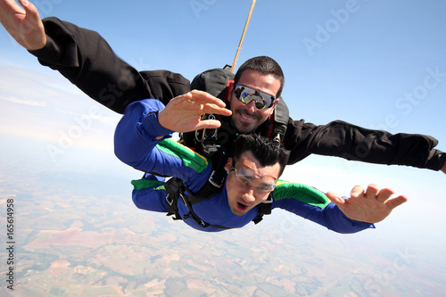 Spoed Fotobehang Luchtsport Skydive tandem friends