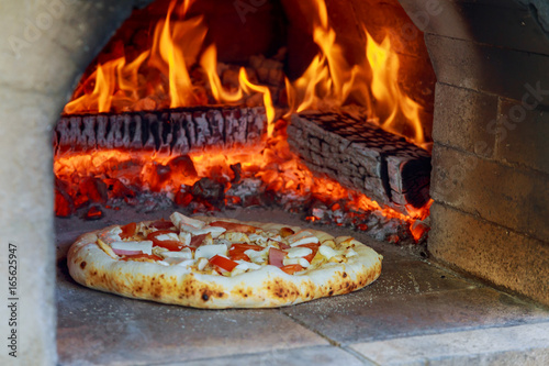 Keuken foto achterwand Pizzeria Flaming Hot Wood Fired Pizza Baking Oven