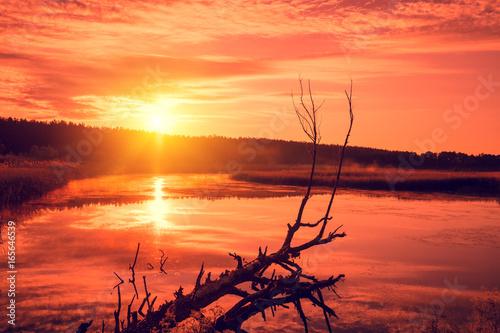Zdjęcie XXL Pomarańczowy zachód słońca nad jeziorem. Mglisty wieczór, wiejski krajobraz, dzicz, mistyczne odczucia