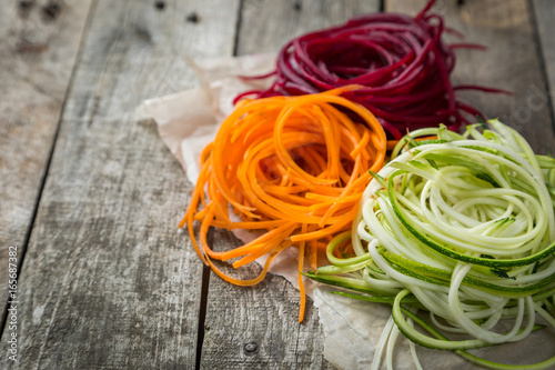 Fotografía  Vegetable noodles - zucchini, carrot and beetroot