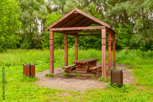 Photo Wooden arbour a background of green trees