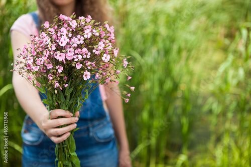 Fotografía  Woman give pink flowers as gift, Happy birthday or anniversary concept etc