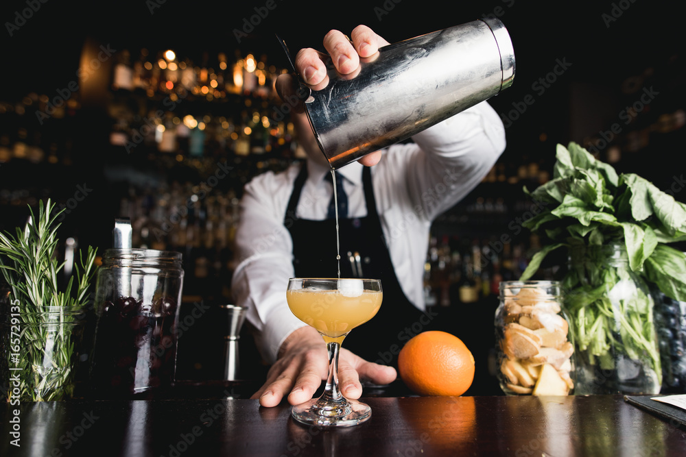 Photo  Bartender pouring cocktail