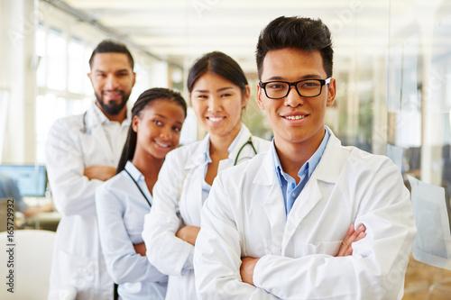 Photo  Erfolgreiche junge Ärzte und Studenten