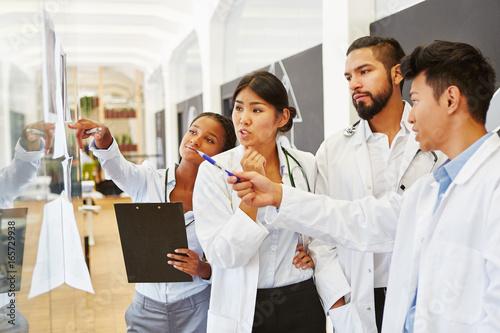 Photo  Ärzteteam diskutiert Röntgenbilder in Radiologie