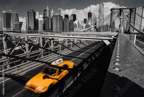 Staande foto New York TAXI A yellow cab on the brooklyn bridge leaving Manhattan, NYC