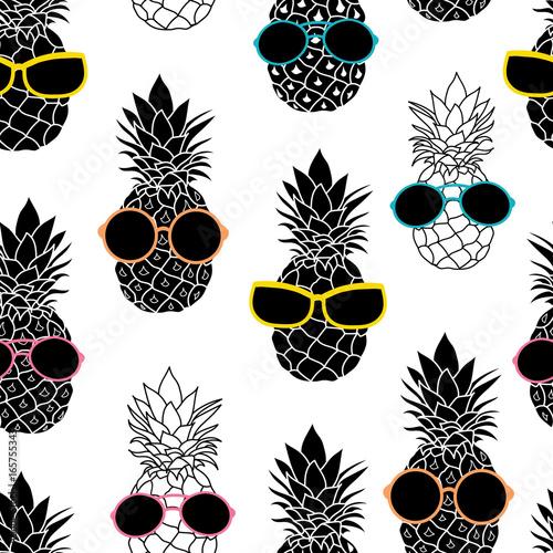 z-modernistycznym-wzorem-w-ananasy-przyozdobione-w-okulary-sloneczne