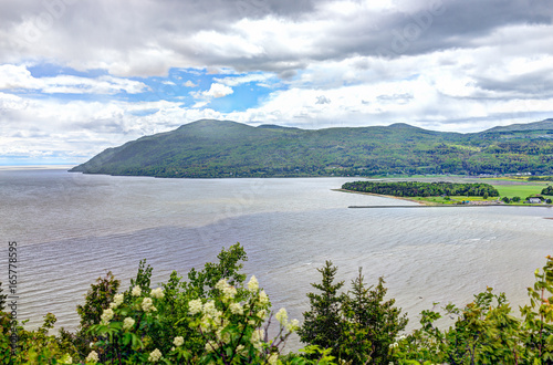 Photo Baie-Saint-Paul in Quebec, Canada cityscape or skyline with mountains on coast a