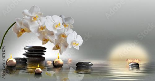 Naklejka premium Mural ze storczykami, kamieniami w wodzie i pływającymi świeczkami