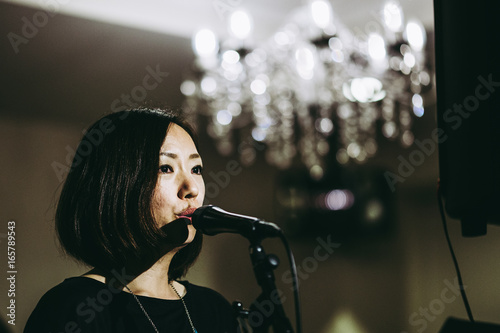 Láminas  ステージで歌う女性歌手