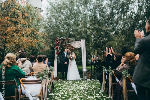 Fotografía  Beautiful wedding couple on the wedding autumn ceremony
