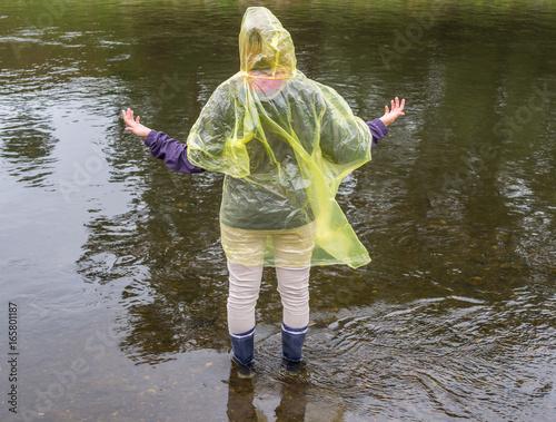 Plakat Optymizm w nieprzyjemnej sytuacji: kobieta jest szczęśliwa z powodu deszczu