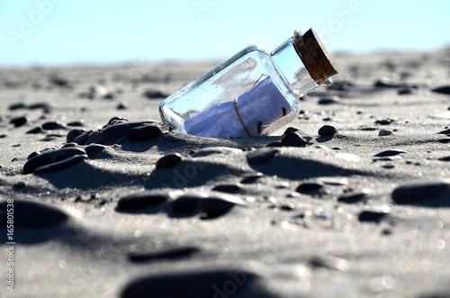 Fototapeta  list w butelce na plaży