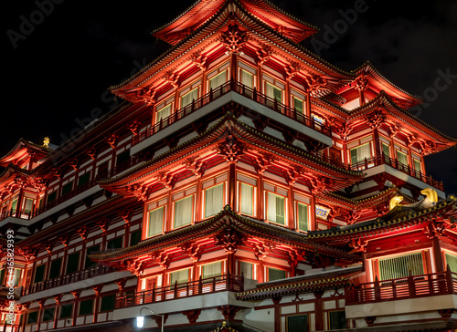 Photo  Singapore, Buddha Tooth Relic Temple at night in chinatown