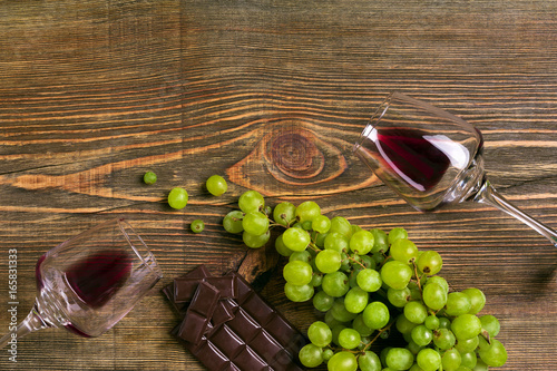 Fotobehang Wijngaard Glasses of wine and ripe grapes isolated on a wooden table