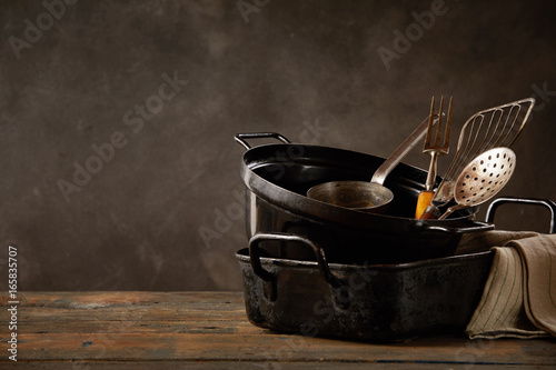 Fotomural  Kitchen pots and utensils on wooden countertop