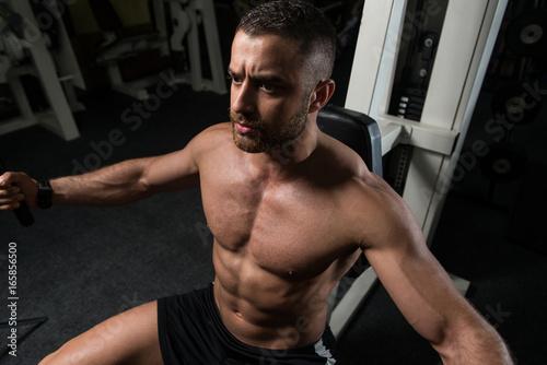Plakat Sprawność fizyczna mężczyzna Ćwiczy klatkę piersiową W Gym