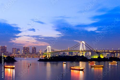 Plakat zachód słońca zmierzchu tokio skyline, z cityscape i Rainbow Bridge w Odaiba Seaside Park, Odiaba, Tokio, Japonia