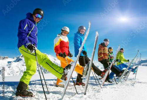 fototapeta na szkło Gruppe Skifahrer in der Reihe