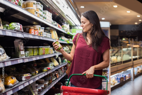 Pinturas sobre lienzo  Woman shopping in supermarket