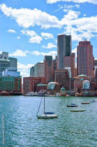 zeglujace-lodzie-na-tle-wysokich-budynkow-w-bostonie