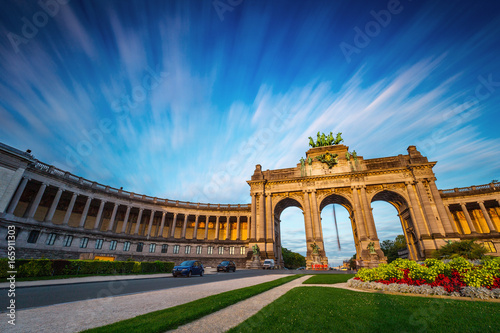 Foto op Canvas Brussel Dramatic view of the Triumphal Arch in Park Cinquantenaire in Brussels during sunset