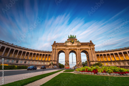 Poster Brussel Dramatic view of the Triumphal Arch in Park Cinquantenaire in Brussels during sunset