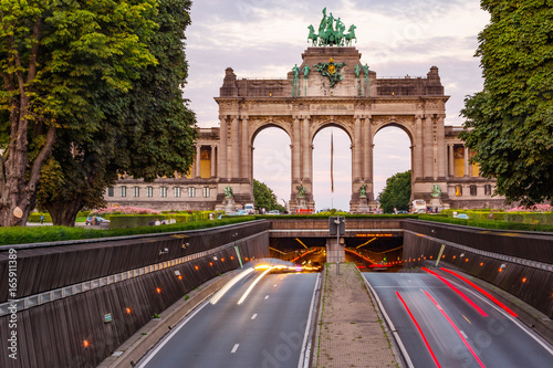 Poster Brussel Dramatic view of the Triumphal Arch and Belliard Tunnel in Park Cinquantenaire in Brussels during sunset
