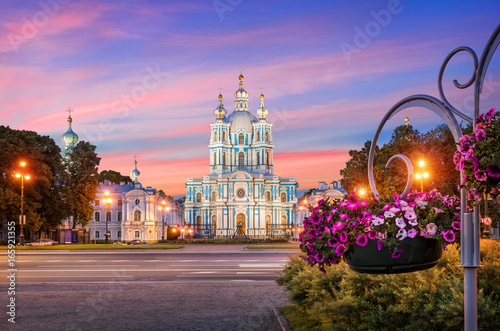 Staande foto Temple Смольный собор и петунии Smolny Cathedral and flowers of petunia