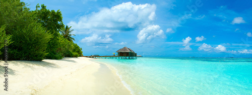 Montage in der Fensternische Tropical strand Panoramic landscape of Maldives beach with overwater bungalow