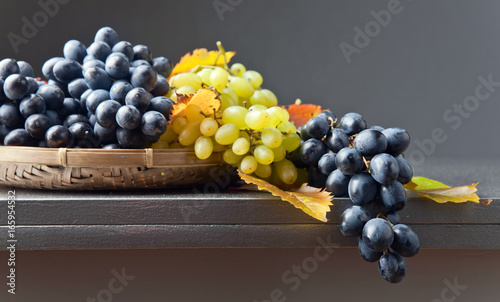 Foto  Blue and white grapes