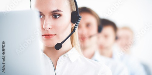 Foto  Attractive positive young businesspeople and colleagues in a call center office