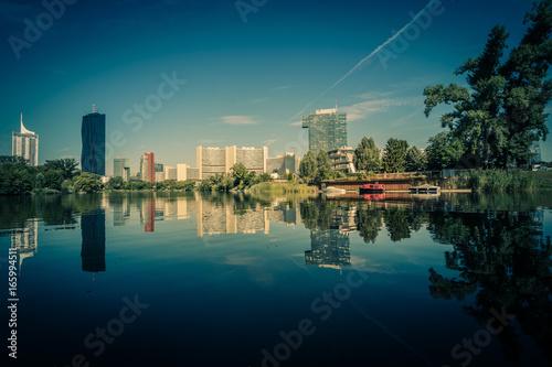 Photo Stands Kuala Lumpur Kaiserwasser, ein kleiner See auf dem Flussarm von Alte Donau in Wien