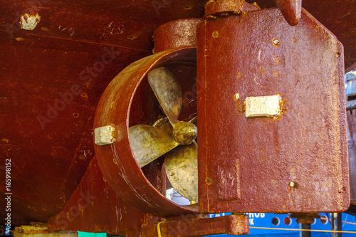Keuken foto achterwand Schip Old heavy ship's propeller (screw) of the rusty shipwreck vessel