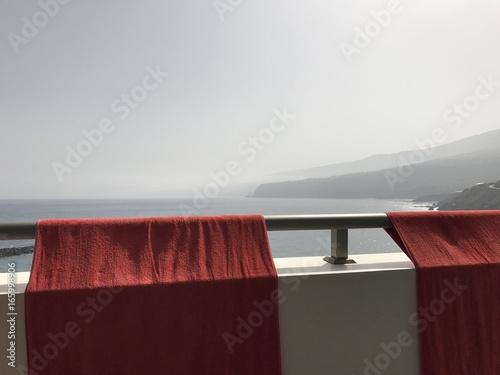 Handtücher über dem Balkon im Urlaub