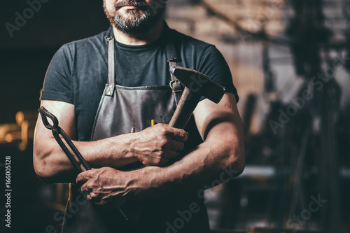 Stampa su Tela Senior blacksmith in smithy.