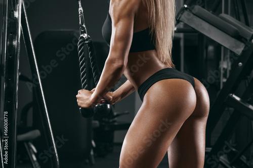 Plakat Sportowa dziewczyna pracująca w gym out. Seksowny piękny tyłek w stringach. Sprawności fizycznej kobieta robi ćwiczeniu