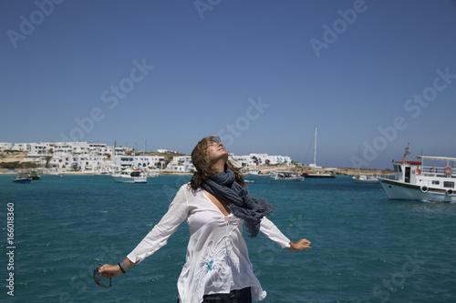 Valokuva  Donna la porto respira l'aria di mare