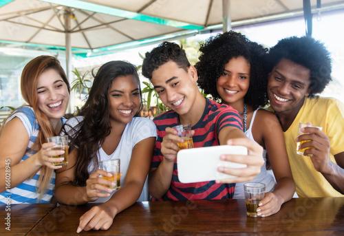 Fotografie, Obraz  Jugendgruppe macht Selfie bei Party