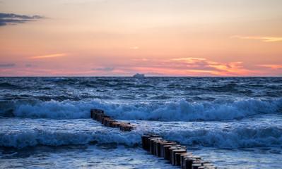 Panel Szklany Podświetlane Wschód / zachód słońca Bune im Meer im Sonnenaufgang