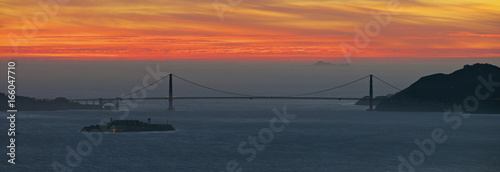 Photo Golden Gate Bridge with Alcatraz Island in the fore ground and the Farallons in