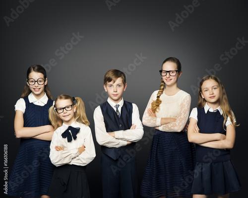 Plakat Grupa dzieci w wieku szkolnym, dziewcząt i chłopców studentów w mundurze na czarnym tle