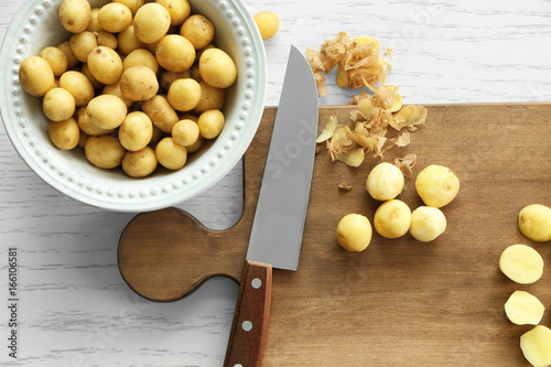 Fotografía  Composition with raw organic potatoes on wooden table
