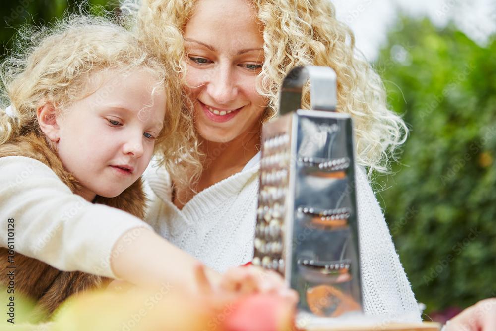 Mutter hilft Tochter beim Apfel reiben Poster, Plakat | 3+1 GRATIS ...